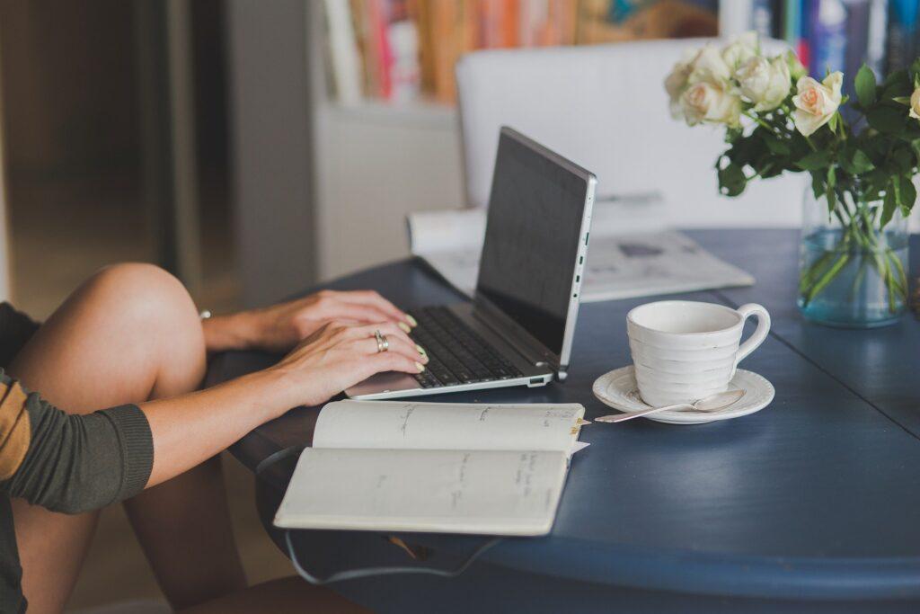 Mujer aprendiendo a hacer marketing de afiliados