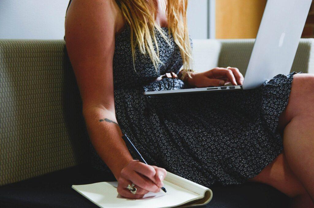 Mujer aprendiendo a ganar dinero por internet