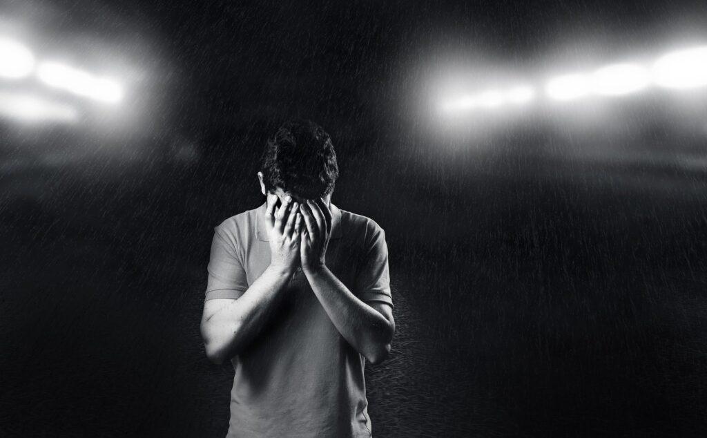 Hombre deprimido por error