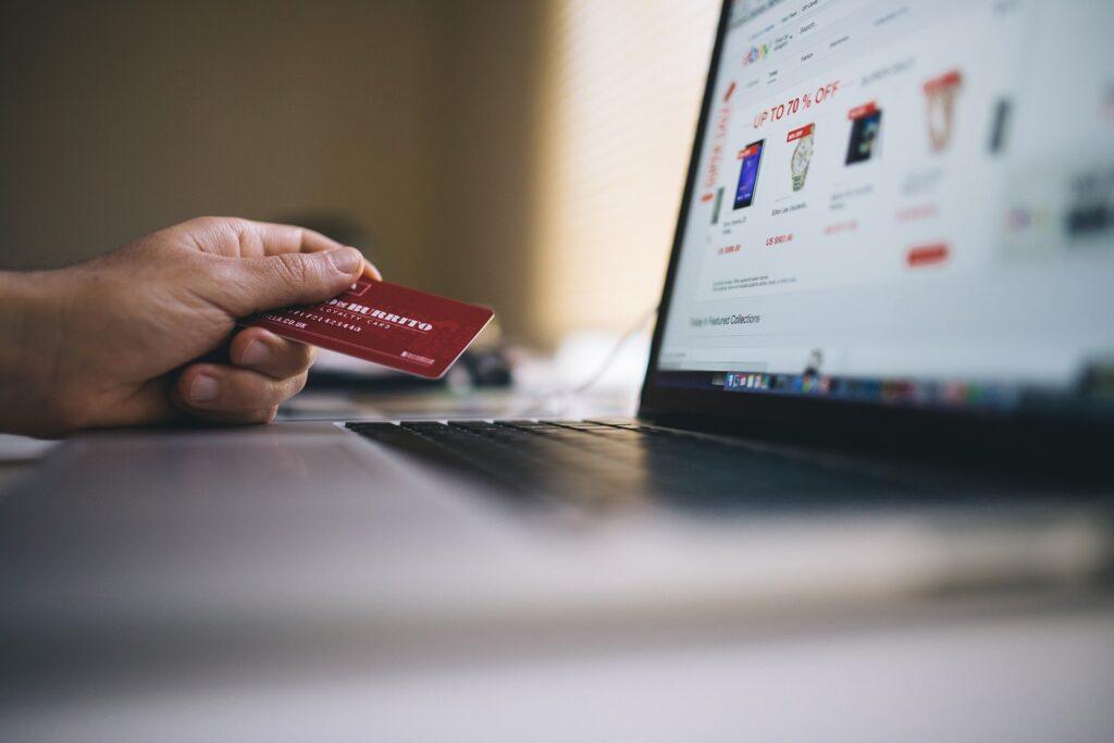 Persona realizando compra virtual