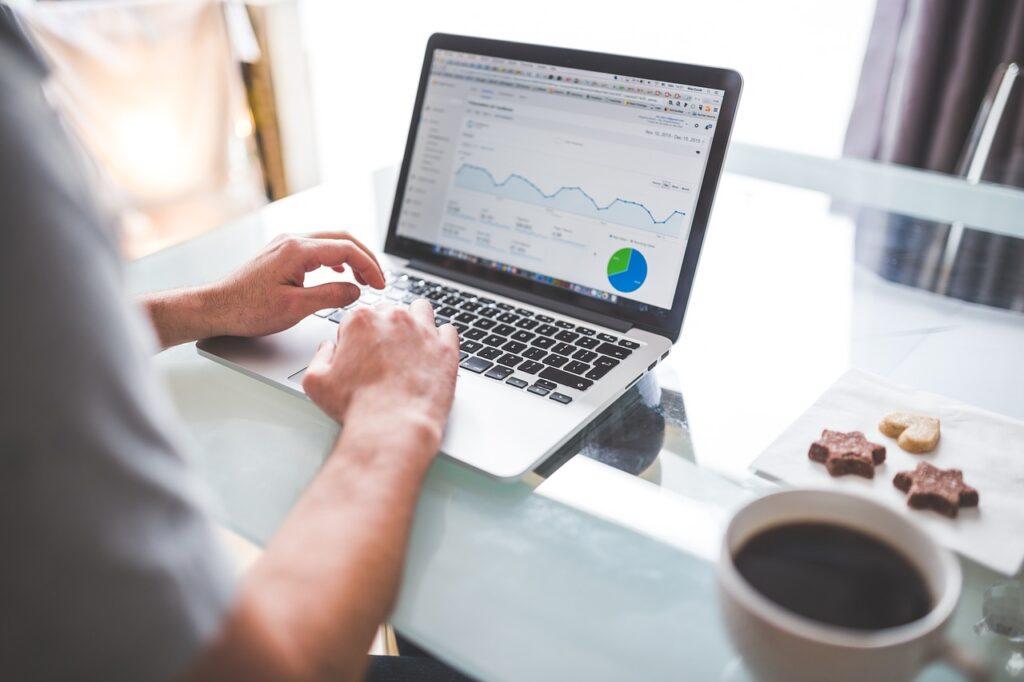 Emprendedor analizando sus resultados para la optimización