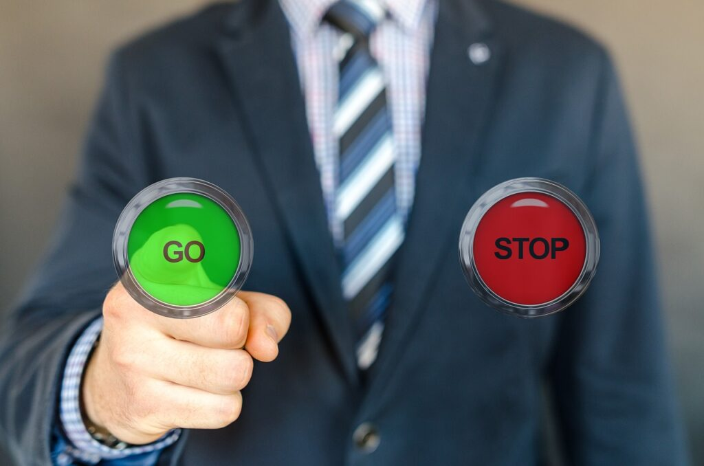 """Hombre de negocios tomando decisión pulsando un botón """"go"""""""