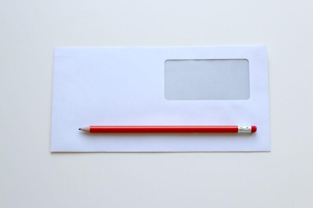 Lápiz y sobre para carta.