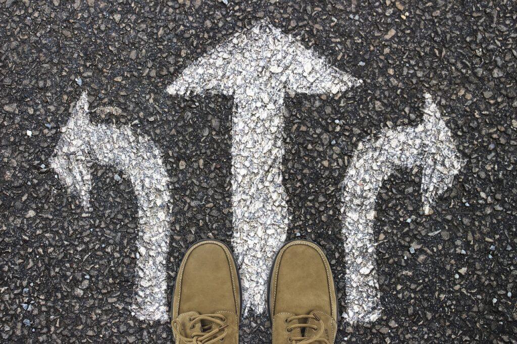Persona escogiendo qué camino tomar.